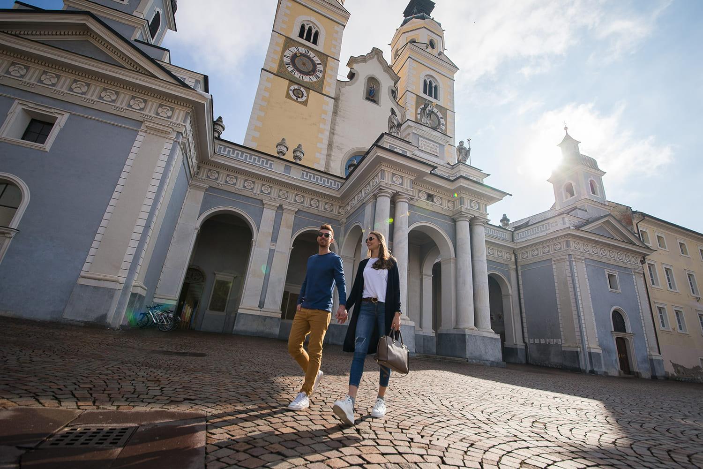 Paar spaziert über den Domplatz in Brixen