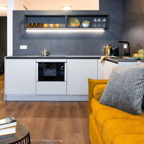 Gerharts - City Suite Family Wohnbereich mit Küche und Couch